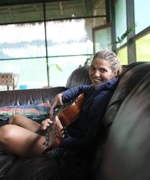 ayahuasca-retreat-guest-guitar
